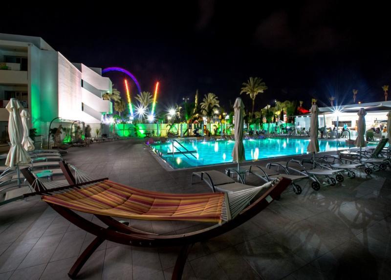 Nicholas Color Hotel / Nicholas Color Hotel